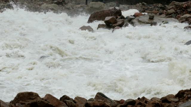 vídeos de stock, filmes e b-roll de splash mud flood river mountains - erodido