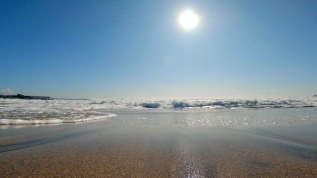 splashes of wave and sun on blue sky - paesaggio marino video stock e b–roll