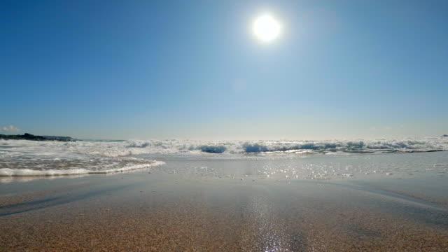 splashes of wave and sun on blue sky - krajobraz morski filmów i materiałów b-roll