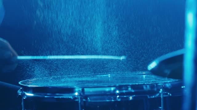 stänk vatten från att spela drummer - trumset bildbanksvideor och videomaterial från bakom kulisserna