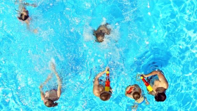 vídeos de stock e filmes b-roll de câmara lenta cs salpicos de água em menina saltar na piscina - brinquedos na piscina