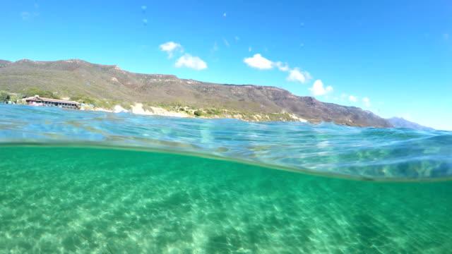 vidéos et rushes de scinder la vue sous-marine dans la mer turquoise de alghero. sardaigne, italie - vue du sol