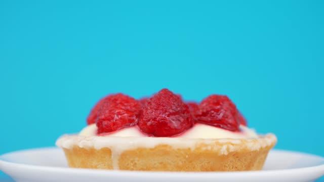 schwammkuchen mit erdbeer- und vanillecreme - quark stock-videos und b-roll-filmmaterial