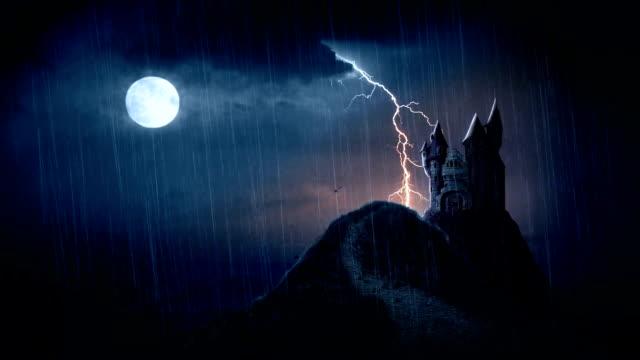 vídeos de stock, filmes e b-roll de trovoada assustadora castelo em - castelo