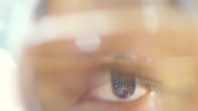 vidéos et rushes de yeux de chair de poule - examen ophtalmologique