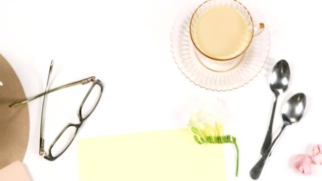 スプーン、紅茶、眼鏡、白の花のカップ - ソーサー点の映像素材/bロール