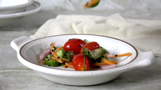 vídeos y material grabado en eventos de stock de cuchara de ensalada de pepino de tomate en un tazón pequeño - dieta paleolítica