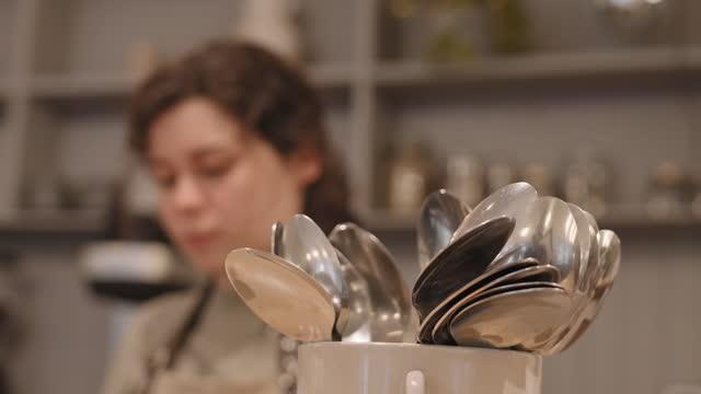 cucchiai che vengono wiped da cameriere sfocato - lucidare video stock e b–roll