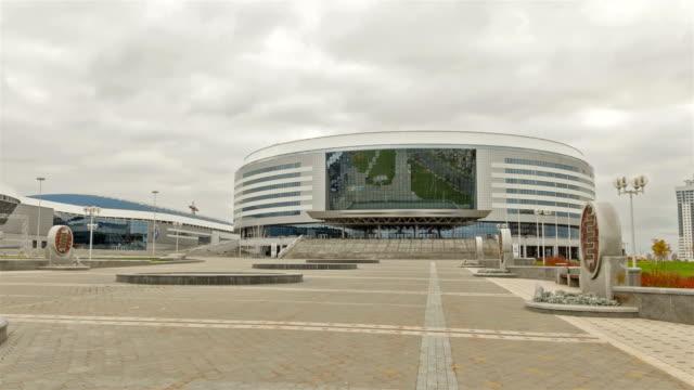 vidéos et rushes de complexe sportif minsk arena.  time-lapse tir de mouvement - lieu sportif