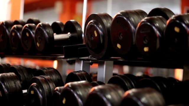 sport-geräte und hanteln - fitnessausrüstung stock-videos und b-roll-filmmaterial