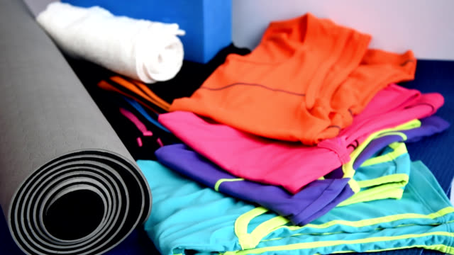 vídeos de stock e filmes b-roll de sport equipment on yoga mat / healthy lifestyle conceptual - roupa desportiva