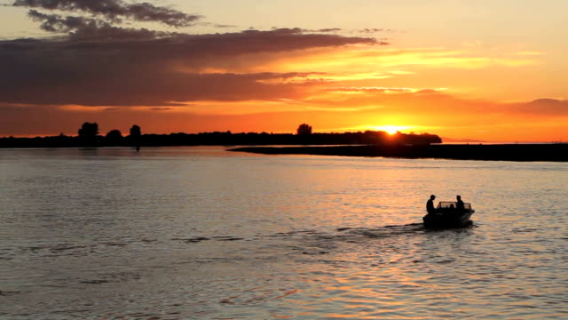 pesca sportiva partenza al tramonto, fiume fraser - fiume fraser video stock e b–roll