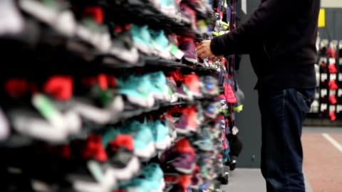 vidéos et rushes de magasin de chaussures de sport - chaussures