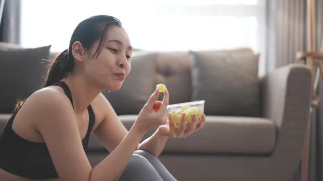 スポーツ女性健康食べる - パフェ点の映像素材/bロール