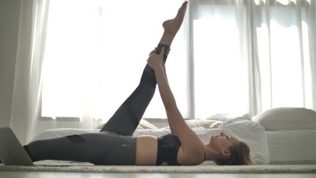 sport woman work out at home - kobiecość filmów i materiałów b-roll