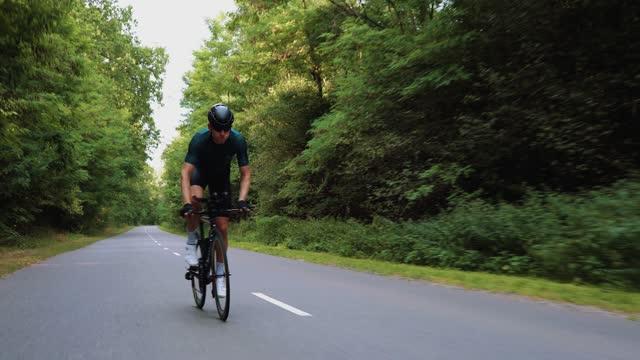 atleta sportivo uomo in bicicletta - triatleta video stock e b–roll