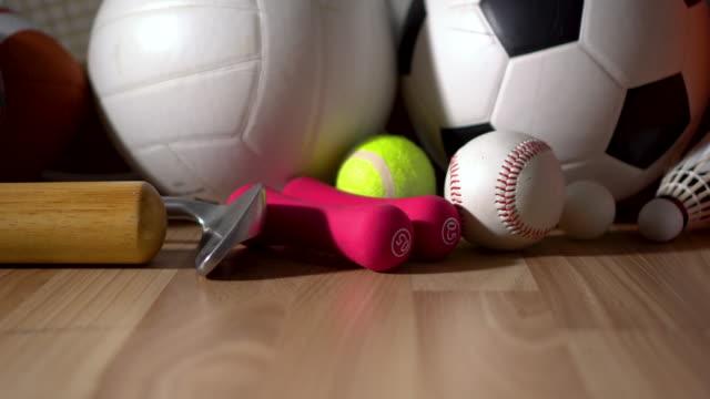 スポーツ用品の木製の背景について - スポーツ用品点の映像素材/bロール