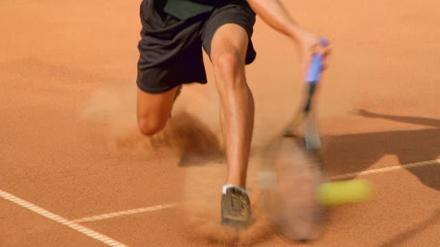 Sports Peak Action Tennis Slow Motion auf einem Clay Tennis Court. – Video