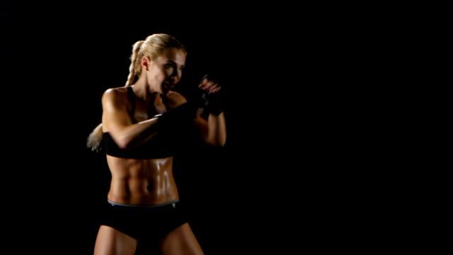 Deportes entrenamiento el boxeador de las mujeres. Golpes rápidos y precisos - vídeo