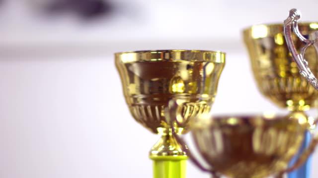 vídeos de stock, filmes e b-roll de esportes troféus ou prêmios bsiness - troféu