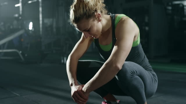 donna sportiva stanca dopo un allenamento intenso - fragilità video stock e b–roll