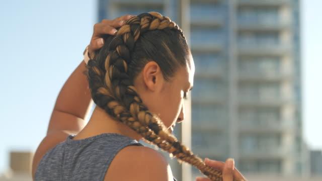 vídeos de stock e filmes b-roll de sports woman posing for the camera - cabelo