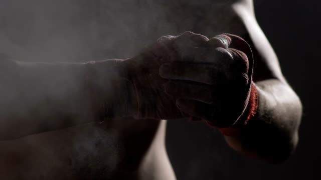 Desportista, cerrando os punhos, boxeador profissional, preparando-se para a luta, lenta - vídeo