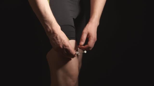 doping: sporcu soyunma odasında bacak kendini enjeksiyon yok - doping stok videoları ve detay görüntü çekimi