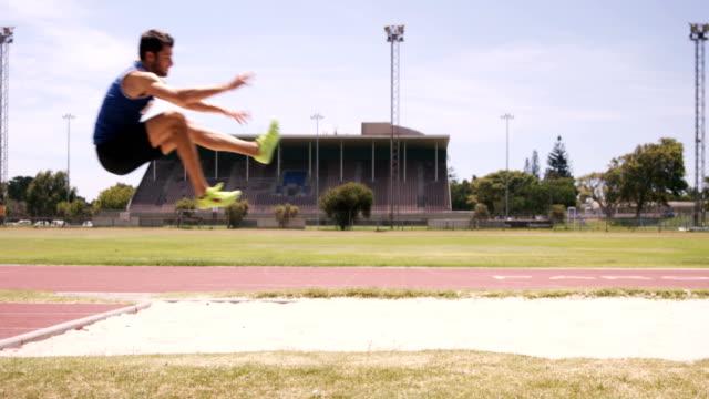Deportista haciendo salto de longitud - vídeo