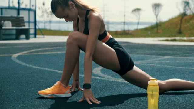 vidéos et rushes de sportif exerçant à l'extérieur - joggeuse