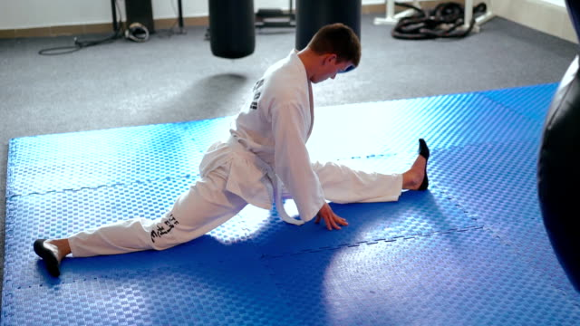 スポーツマンが制服の白のトレーニング麻ひもです。 ビデオ