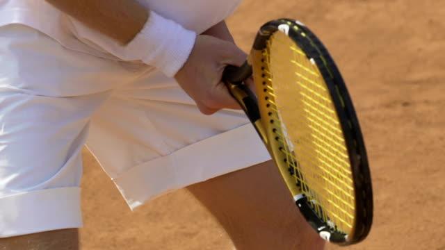 テニスコート テニス ラケットと待っているボールを保持しているスポーツマンのスポーツ活動 - テニス点の映像素材/bロール