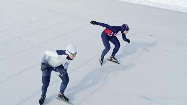 スポーツマンのスピード スケートのレースを開始 - 戦い点の映像素材/bロール