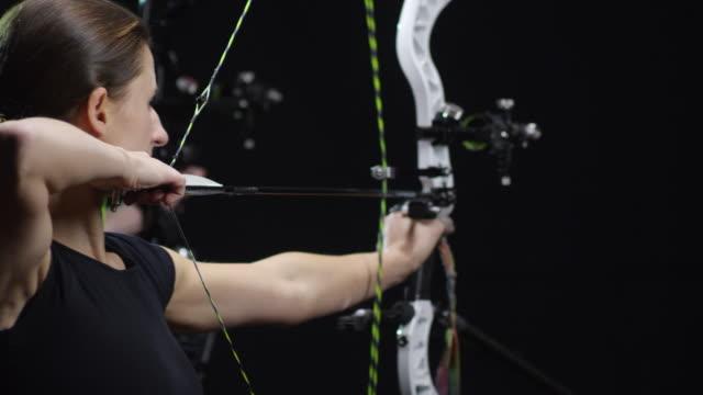 vidéos et rushes de sportifs tir arcs sur fond noir - tir à l'arc