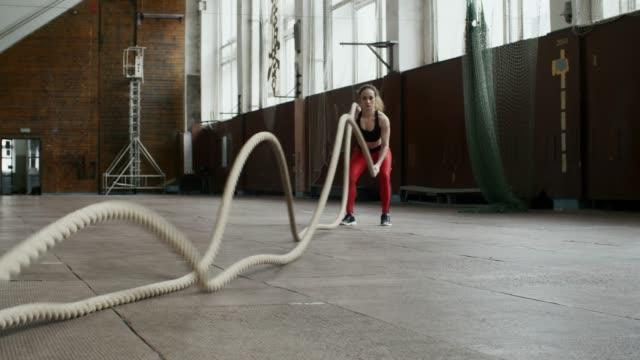stockvideo's en b-roll-footage met sportvrouw vechten touwen - touw