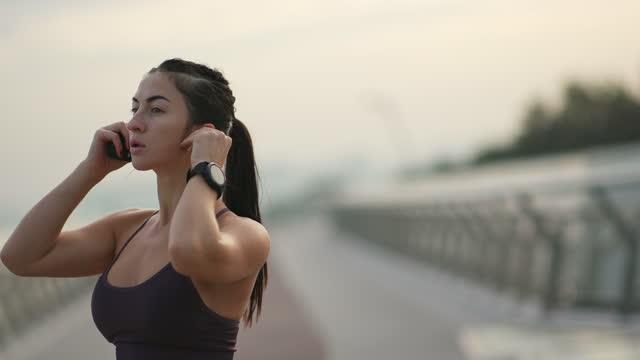 sportiva che ascolta musica durante l'allenamento. - soft focus video stock e b–roll