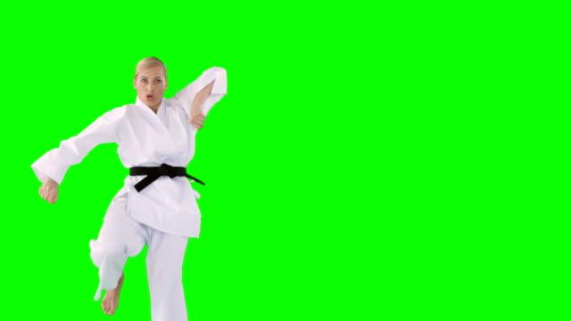 vídeos y material grabado en eventos de stock de deportista practicando artes marciales - kárate