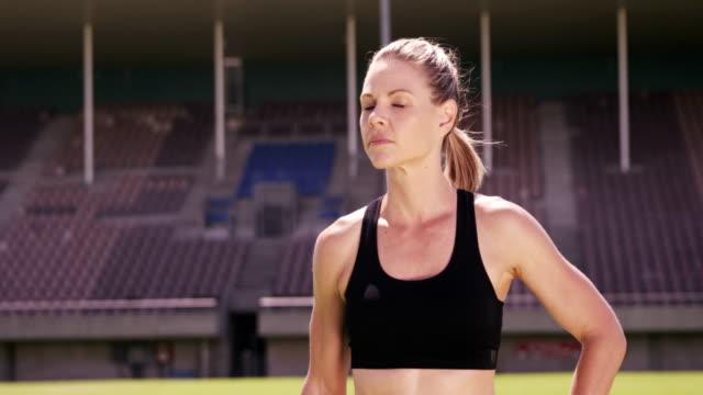 stockvideo's en b-roll-footage met sportvrouw met hand op heupen permanent - handen op de heupen