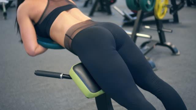 vidéos et rushes de athlète sportive faisant une hyperextension avec plaque - abaisser