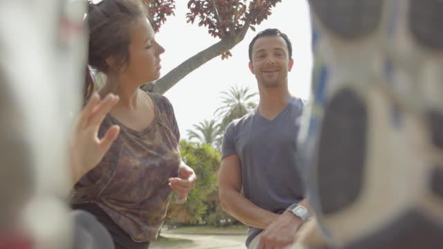 sportig par kör och utbildning i barcelona - spain solar bildbanksvideor och videomaterial från bakom kulisserna