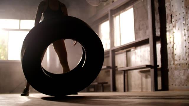 vídeos de stock, filmes e b-roll de mulher desportiva que exercita os músculos do edifício na ginástica - pesado peso