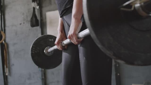 vídeos de stock, filmes e b-roll de mulher esportiva se exercitando com barbell na academia - pesado peso