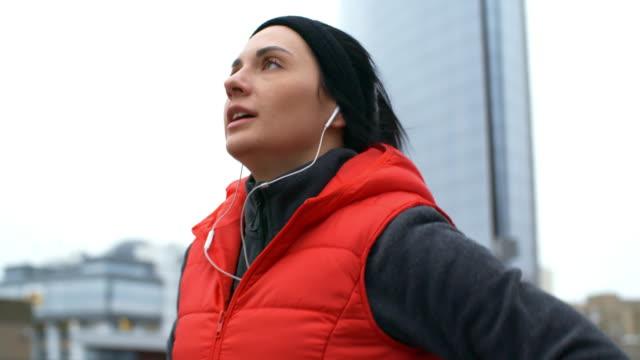 vídeos y material grabado en eventos de stock de mujer deportiva terminando entrenamiento de jogging - pesado