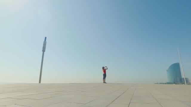 Sportliche Frau Laufen und Ausbildung allein – Video