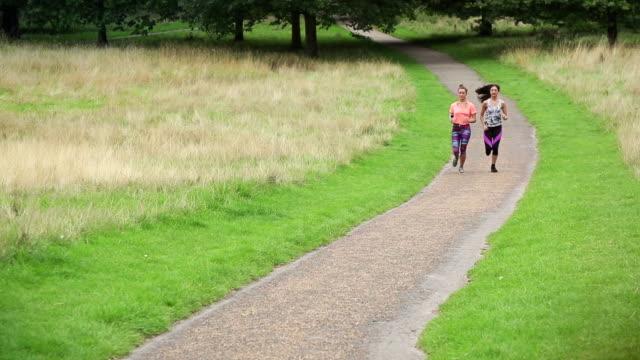 Sportliche Frau laufen zusammen – Video