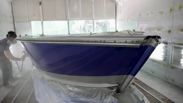 sprutpistol med färg för att måla en båt - skrov bildbanksvideor och videomaterial från bakom kulisserna