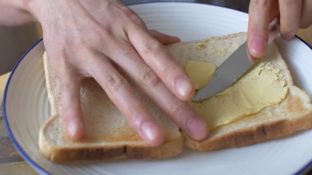 スプレッドのバタートーストした精白パン - 食パン点の映像素材/bロール