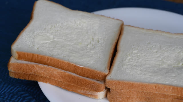 마가린을 빵에 펴 세요 - 빵 스톡 비디오 및 b-롤 화면
