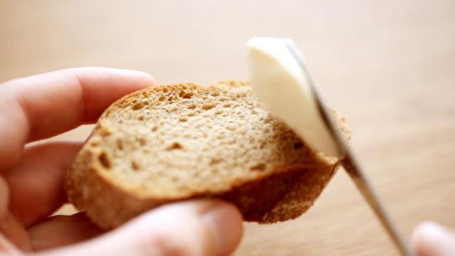 빵 조각에 치즈 확산 - 식빵 한 덩어리 스톡 비디오 및 b-롤 화면