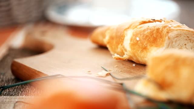 spreading creamy cheese spread on crunchy  bread - formaggio spalmabile video stock e b–roll